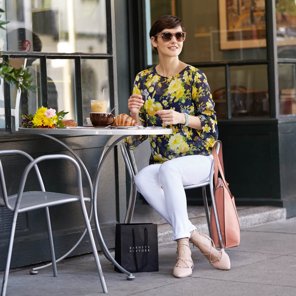 fashionable mom having lunch at a cafe